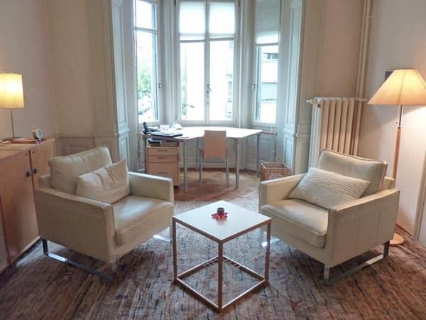 Warmer, heller und gemütlicher Praxisraum für Psychotherapie in Zürich.